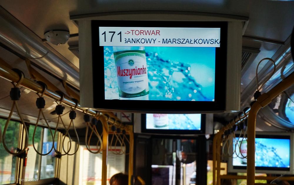 reklama wody Muszynianka na ekranach multimedialnych w komunikacji miejskiej