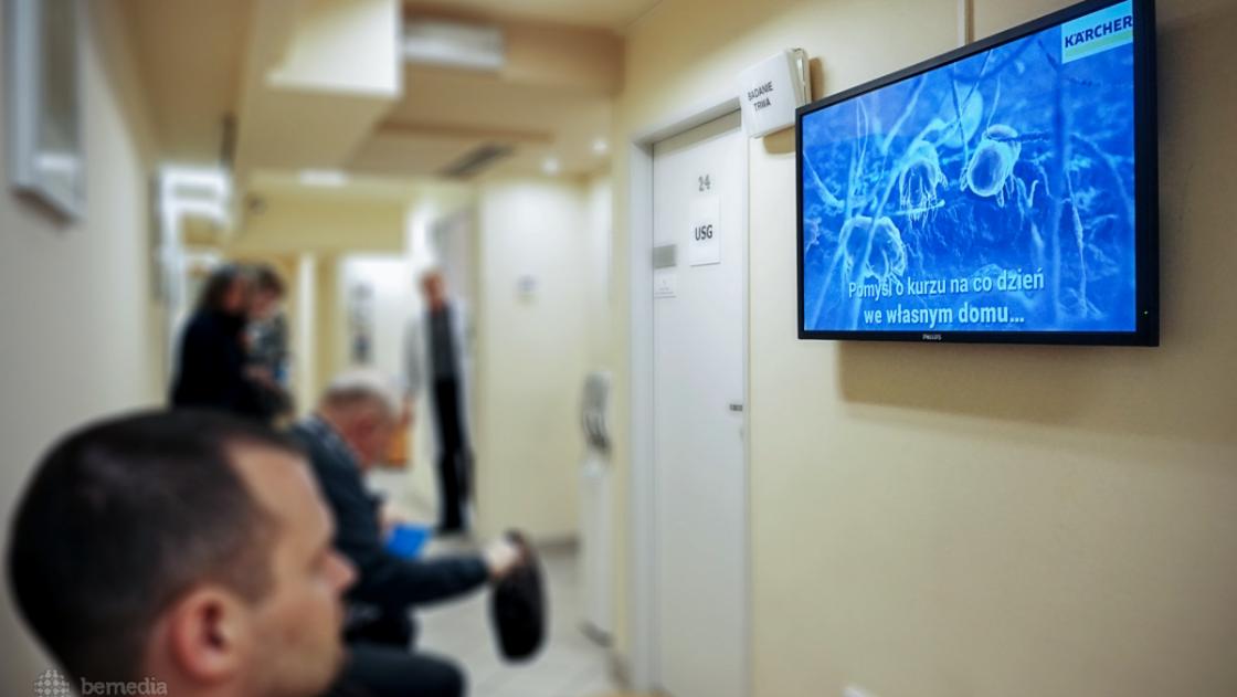 reklama firmy KArcher na ekranach multimedialnych w przychodniach Lux Med