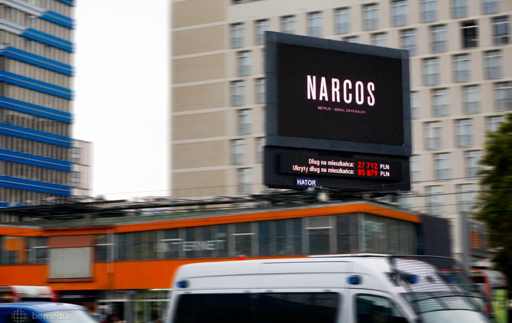 Reklama Narcos na ekranie LED w Warszawie