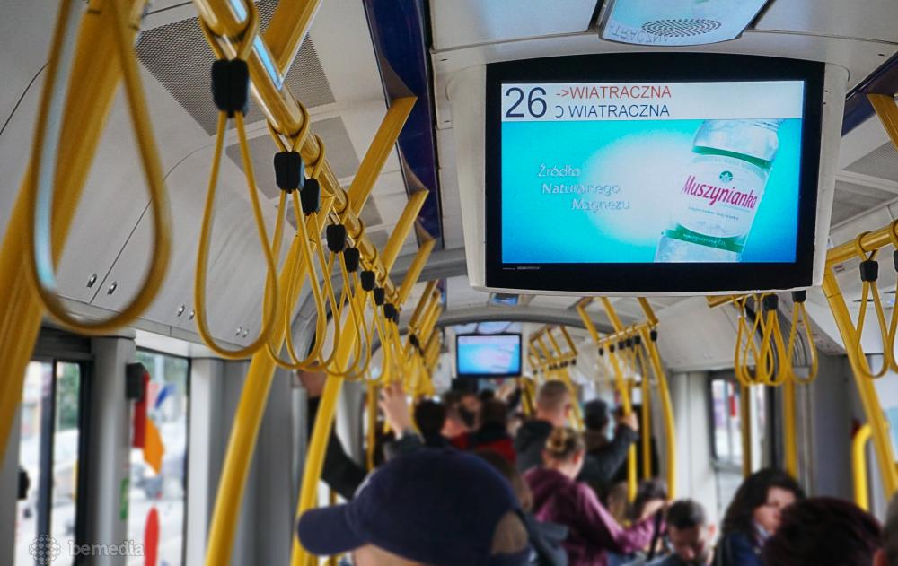 reklama na ekranach w komunikacji miejskiej