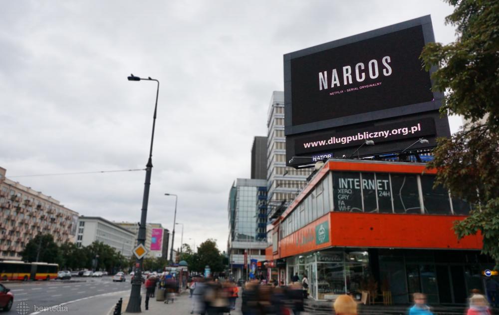 Reklama Narcos na ekranie LED w centrum Warszawy