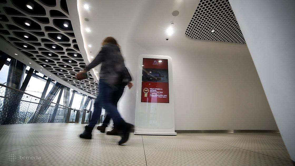 reklama na ekranach multimedialnych w Warsaw Spire